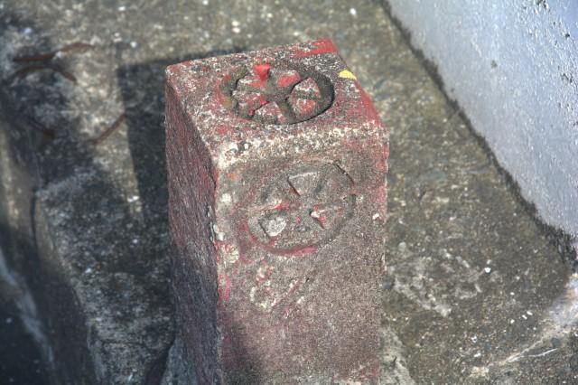 旧社紋入の境界石