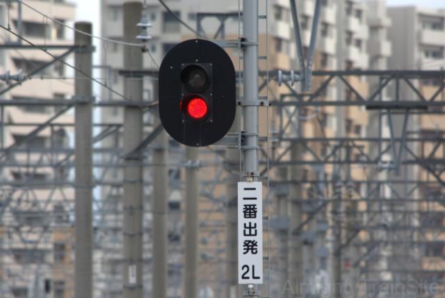 「停止」と「進行」のみのシンプルな信号機