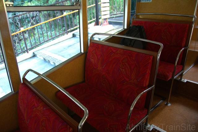 車内は階段上になっており、椅子は下り方向に向いている。