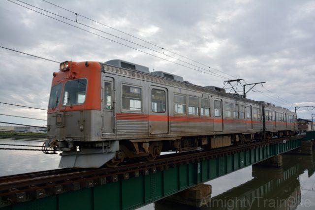 大野川橋梁を渡る8000系