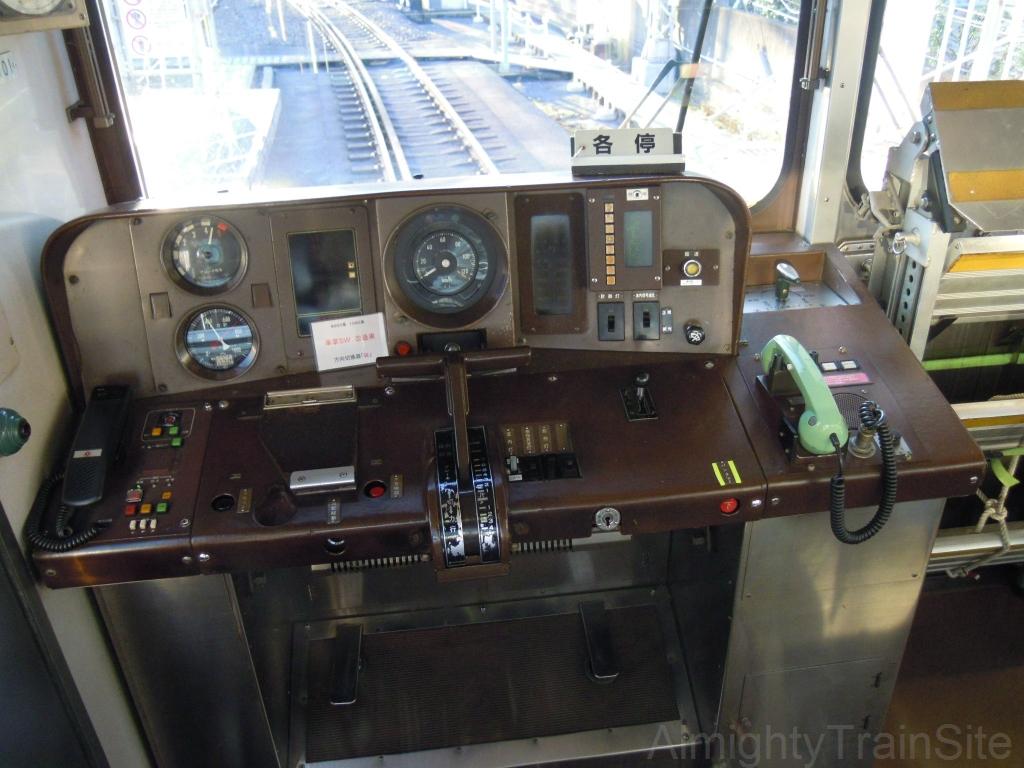 運転台 運転台 運転台上部 乗務員室の非常用梯子   AlmightyTrainSite
